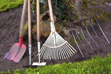 Gartengeräte zur Gartenpflege: Von der Hacke bis zur Plattschaufel ist alles dabei.