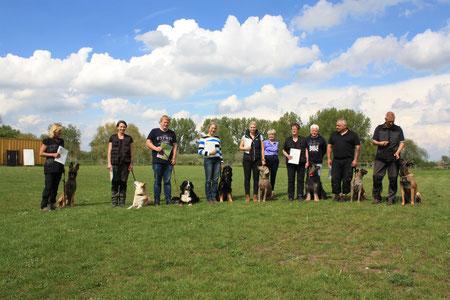 Erfolgreichen Prüfungsteilnehmer der  BH/BGH 1 Prüfungbei Teampartner-Hund-Hoya e.V.
