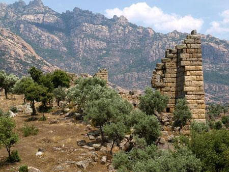 Ein Stück Stadtmauer der antiken Stadt Herakleia vor dem gwaltigen und sagenumwobenen Latmosgebirge