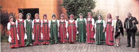 Die strahlenden Farben der russischen Volkstrachten sind ein unverwechselbarer Klang ein Markenzeichen des Rjabinuschka-Frauenchors  (RP-FOTO: RENATE RESCH-RÜFFER)