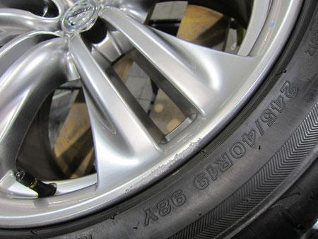 ニッサン(日産)フーガ450GTの純正アルミホイール(ハイパーシルバー)のガリキズ・擦り傷のリペア(修理・修復)前の傷のアップ写真