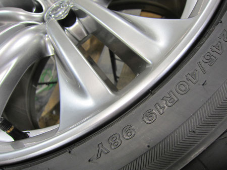 ニッサン(日産)フーガ450GTの純正アルミホイール(ハイパーシルバー)のガリキズ・擦り傷のリペア(修理・修復)後の傷のアップ