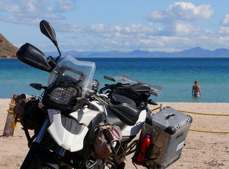 Vom Motorrad direkt ins Wasser