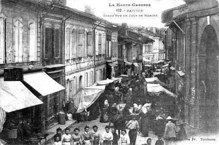 Grand rue, vers 1910, un samedi de marché, à droite la Halle aux grains