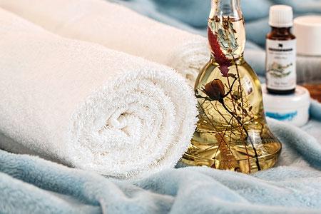 Utilisées chez soi ou associées à des huiles végétales en massage chez des professionnels, les huiles essentielles sont une solution naturelle pour booster ses défenses immunitaires.Crédit photo : Pixabay© stevepb