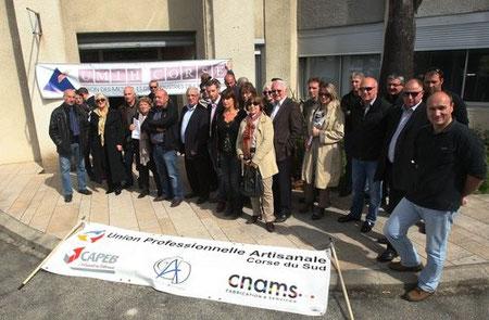 Les représentants de l'industrie touristique insulaire et ses principales organisations se sont réunies ce mardi matin devant les locaux de l'Office des transportsPhoto Michel Luccioni