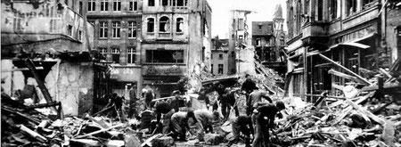 Foto von der zerbombten Poststraße in Duisburg im Oktober 1944.
