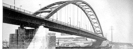 """Aufnahme der Neuen Rheinbrücke (1950), heute """"Brücke der Solidarität""""."""