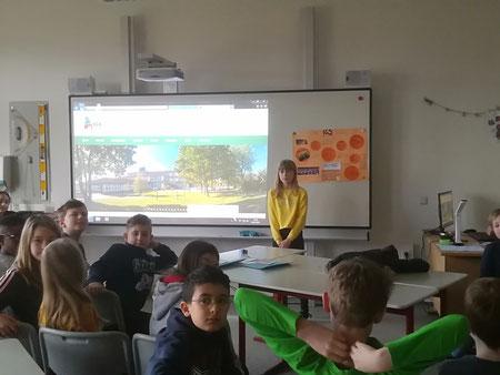 Schulbotschafterin in der Grundschule am Fleth: Emily stellt ihre IGS vor.