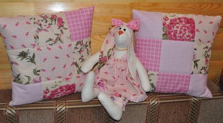 Кролик  в розовом с подушками
