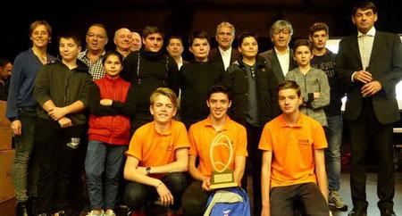 Trois des cinq jeunes arbitres à l'honneur, avec l'équipe d'encadrement, les élus et les nouveaux jeunes de l'école d'arbitrage.