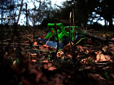 kinder spielzeug bagger grün laub garten vergessen plastik