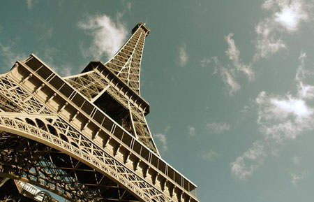 Paris - Eiffel tower - destination of language travel in France by the agency V.A.L.
