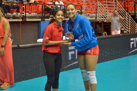 Pilar Victoriá recibe premio de JMV en el Torneo Clasificatorio a Lima (Foto por Norceca)