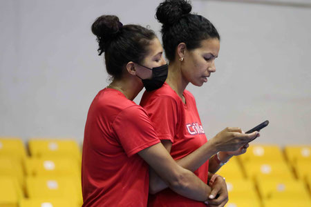 Karina Ocasio abraza a su hermana Sheila durante la practica de anoche (Foto por Heriberto Rosario Rosa)