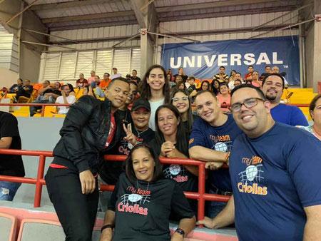 Los HGH previo al tercer partido de la Serie Semifinal B, le dieron la bienvenida a la central Ana Sofia Jusino / foto por el Grupo Fanaticos de las Criollas de Caguas en Facebook