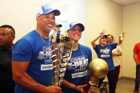 Juan C. Nuñez a la izquierda con trofeo en mano y Shara Venegas celebraron anoche en el Coliseo Roberto Clemente ? Foto por Genesis U. Rosario