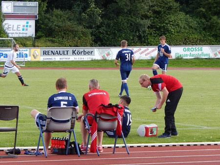Die Bank um Trainer Marko Schmidt ist übersichtlich besetzt, Betreuer Leon Petersmann kümmert sich um den angeschlagenen Halil Memisoglu.