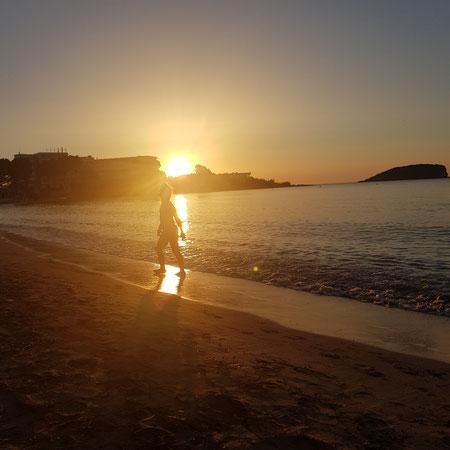Bij zonsopkomst al op het strand.