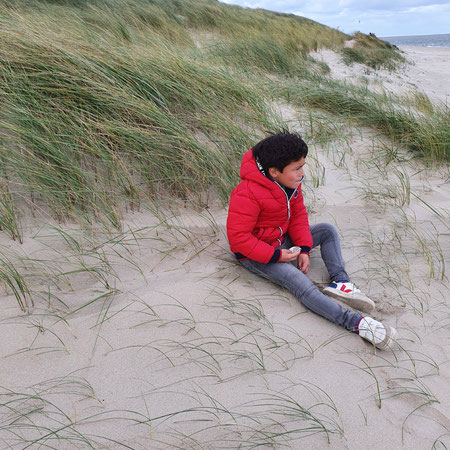 Kind op strand, open adoptie