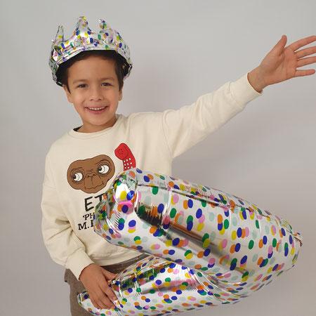kind jarig 7 jaar feesthoed en ballon