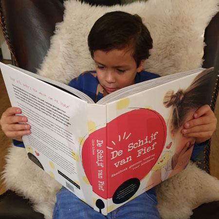 Gezond eten met kinderen, handboek gezond eten, lezend kind