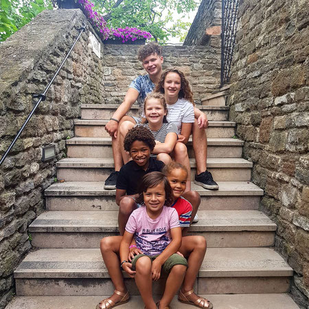 Zes kinderen, Kinderen op trap, groot gezin, adoptie.