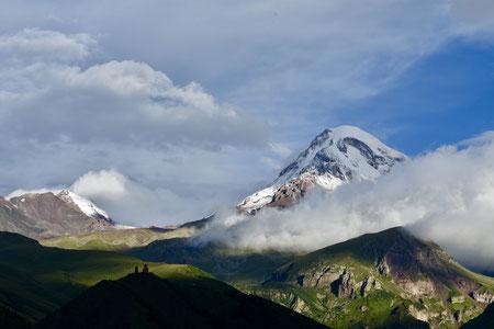 Zicht op Mount Kasbek (5047 m)