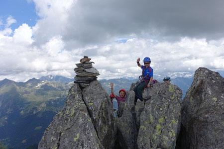 nach der traumhaften Kletterei die grosse Gipfelfreude auf dem Piz del Prevat