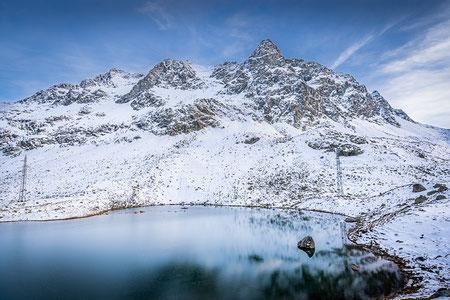 Lej da Güglia auf dem Julierpass nach dem ersten Schneefall
