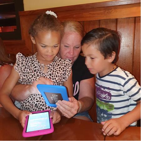 Oma met kleinkinderen, open adoptie, ontmoeting