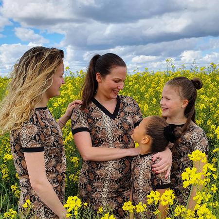 Slangenprintjurk, koolzaad, moeder met drie dochters.