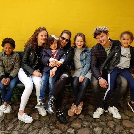 Moeder van zes, adoptie, mixed family, gezin, adopteren.