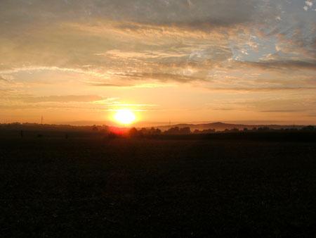 Sonnenaufgang links vom Kohlwald mit unserem Hausberg Einkorn