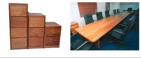 Archivos y mesa de conferencia en caoba
