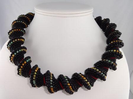 Spiralkette Rotfadenschnecke: Peyote-Technik (Cellini-spirale) von Ursula Raymann