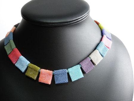 Bunte Quadrate 2: helle warme Farben, Peyote-Technik von Ursula Raymann