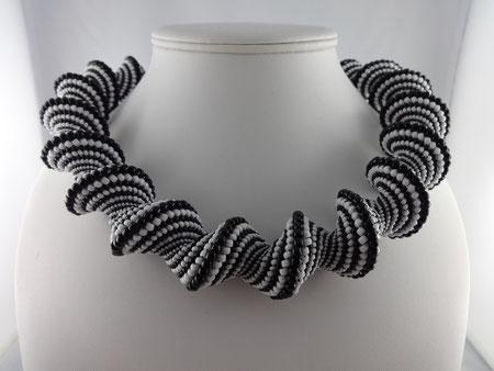 Spiralkette in schwarz-weiss: Peyote-Technik (Cellini-spirale) von Ursula Raymann