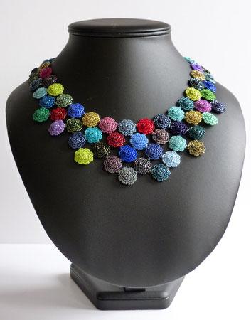 Blumengirlande in Juwelenfarben: Peyote-Technik von Ursula Raymann