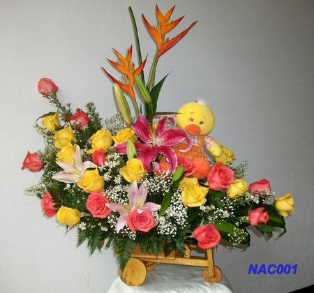 RAMO EN CARRETILLA. Contiene. 2 golden adrian, 24 rosas, lirios y muñeco felpa. Valor 95.000=