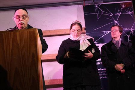Rabbinerin Gesa Ederberg und Rabbiner Andreas Nachama bei der gemeinsamen Andacht Gedenkweg 75 Jahre Pogromnacht, rechts Ev. Bichof Markus Dröge. Foto: Helga Karl