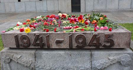 Sockel mit Aufschrift 1941 - 1945, belegt mit Blumen. 9.Mai Sowjetisches Ehrenmal Berlin. Foto: Helga Karl