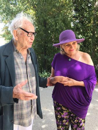 Pierre Cardin prodiguant à Renata ses conseils avisés...