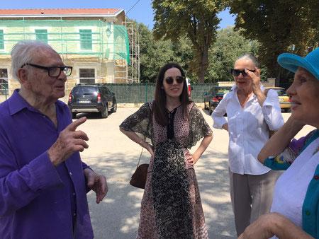 Pierre Cardin avec Maryse Gaspard et sa fille devant l'ancienne gare de Bonnieux...