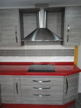 Cocina Jaen modelo Loira encimera roja
