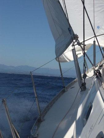 Aktivurlaub, Mitsegeln auf einer Segelyacht im Mittelmeer zwischen Korsika und Sardinien