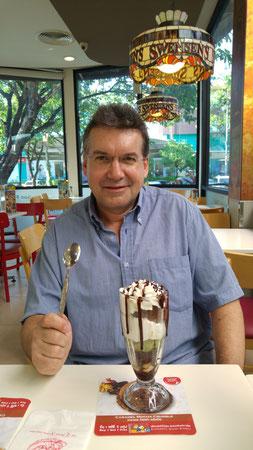 Der Autor beim Eisessen bei Swensen's