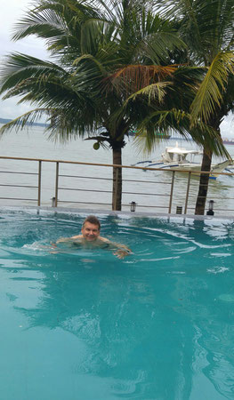 Der Autor im Pool des ICove Beach Hotels
