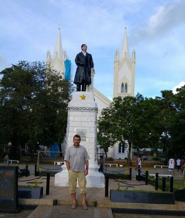 Puerto Princesa, Der Autor vor der José Rizal Statue, dahinter die Kathedrale