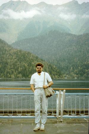 Der Autor 1988, damals Schichtleiter im Rechenzentrum des Instituts für Hochseefischerei Rostock. Das Schwarze Meer diesmal von der anderen Seite, von Georgien aus, gesehen.